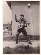 26091 Sosie ? Elvy Presley ?  Photo -regiment Belge 5 Ieme Genie Westhoven -  Belgique - Allemagne Cologne Koln- Guitare