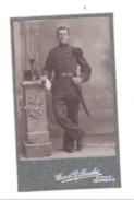 Nederlandse Leger, Foto Op Karton (kleine) Van Een Militair Uniform En Pet Met Bajonet +/- 1900 (Mi9) - Oorlog, Militair