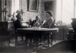 Photo Originale Lecture De Monsieur Pendant Que Mesdames Discutent Dans La Salle à Manger - Blois Mai 1954 - Anonyme Personen
