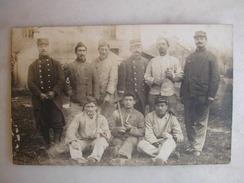 CARTE PHOTO - Militaires Posant En Tenue Avec Outils (22è Inscrit Sur Les Casquettes) - War 1914-18