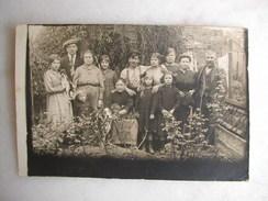 CARTE PHOTO - Photo De Famille Au Jardin - 1919 - Fantaisies