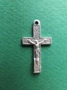 086 - Médaille - Petit Crucifix En Aluminium