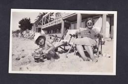 Photo Originale Vintage  Snapshot  Mere Et Petite Fille Sur La Plage à Juan Les Pins En 1934 Pâtés De Sable - Lieux