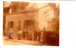 CARTE PHOTO D'une Famille Devant Sa Maison Cpa Animée Circulée En 1906 Bel état Voir Scans - Photographie