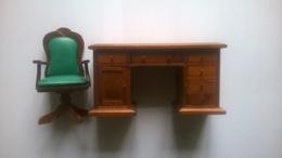 Meuble De Maison De Poupée - Grand Bureau Avec La Chaise - Autres Collections