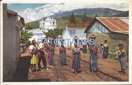67089 GUATEMALA COSTUMES WOMAN CARRYING WATER HOME IN LARGE EARTHEN JUGS POSTAL POSTCARD - Guatemala