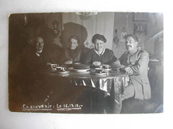 CARTE PHOTO - Réunion De Famille Dont Un Militaire - 1918 - Militaria
