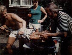 Photo Couleur Originale Homme & Barbecue - Cuisson Du Cochon De Lait Sous L'oeil De La Maîtresse De Maison, Vintage 70's - Personnes Anonymes