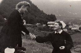 Carte Photo Originale D'une Poignée De Femmes Forte Et Sincère En Montagne En 1949 - Voir Légende Dos - Anonymous Persons