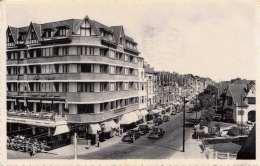KNOKKE-ZOUTE - Avenue Du Littoral Kustlaan, Hotel, Alte Autos, Schöne Karte Gel.1957 Mit 2,5 F Marke