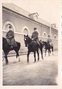 26112 Trois 3 Photo Caserne Colombier ? En 1937 -Rennes 35 - Chevaux Maitre Des Logis - Guerre, Militaire