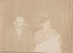 Photo De Décembre 1913  Représentant Bébé D'un Mois Dans Bras De Sa Maman - Personnes Anonymes