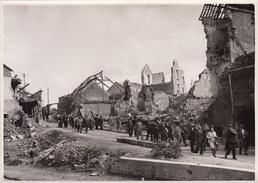 Photo Guerre Caen Ruines Visite Du Comité De Solidarité SNCF 18x13cm - Guerre, Militaire