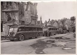 Photo Guerre Caen Ruines Car Autobus Flers Vire Visite Du Comité De Solidarité SNCF 18x13cm - Guerre, Militaire