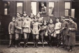 Photo 14-18 Officiers Allemands Devant Leur Train, En Route Pour La Flandre, Flandern (A168, Ww1, Wk 1) - Guerre 1914-18