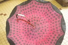 PARAPLUIE OMBRELLE Ancien à Volants Doublé Intérieur Rose à Fleurs Noires Années 70 - Ombrelles, Parapluies