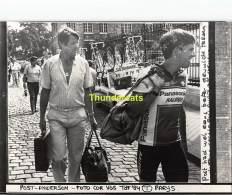 GRAND PHOTO DE PRESSE CYCLISME 24 Cm X 18 Cm PERSFOTO WIELRENNEN FOTO SPORT ANDERSON PHIL COR VOS - Ciclismo