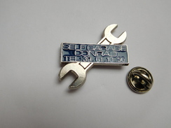 Superbe Pin's En Relief , Auto , Self Garage Conrad , Bleu , Argenteuil - Pin's & Anstecknadeln
