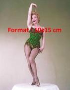 Reproduction D'une Photographie De Marilyn Monroe Sur Une Table En Tenue De Cabaret Soulevant Une Mèche De Cheveux - Reproductions