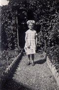 Photo Originale Lectrice & Lecture Au Jardin Avec Un Drôle De Chapeau Type Coiffe En 1937 - Personnes Anonymes