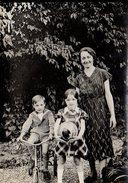 Photo Originale Jeu & Jouet -     Mère & Enfants Au Jardin, Tricycle Et Joli Ballon Décoré Vers 1920/30 - Objets