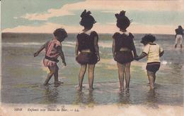 CPA ENFANTS.  Aux Bains De Mer ...T179 - Scenes & Landscapes
