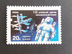 RUSSIA - 1990 - SPACE - COSMONAUTS DAY - MIR SPACE STATION STAMP  MNH - 1923-1991 USSR