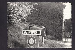 CPSM 83 - PLAN De La TOUR - Sortie Du Village - TB PLAN Panneau Indicateur En Gros Plan + Vue MAISON - Otros Municipios