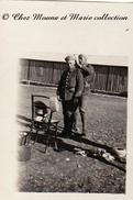 FES MAROC 1929 - FABRICATION D UN CHECHE DE PARADE POUR LE SERGENT SCHLECHT DANS LE CAMP - PHOTO MILITAIRE 7 X 5 CM - Guerre, Militaire