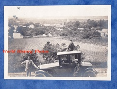 Photo Ancienne Snapshot - Homme Sur Le Toit D'une Belle Automobile à Identifier - Calandre - Femme Mode Vintage Auto - Cars
