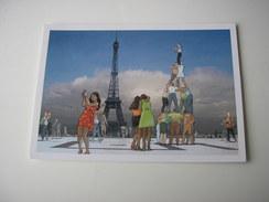 75 - PARIS  LA TOUR EIFFEL  * TOURISTES SUR L'ESPLANADE * DESSIN ILLUSTRATION - Tour Eiffel