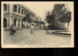 B3444 DJIBOUTI - LA RUE DU RAS MAKONNEN ET A GAUCHE MAISON VOSIKIS ET CIE - Gibuti