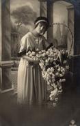 CPA Femme Posant à Côté D'un Panier Rempli De Fleurs - Donne