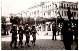 MILITARIA. ALGERIE. BONE. PHOTO. DEFILE MILITAIRE. 1948. PHOTOGRAPHE ROBLEDO à BONE. - Places