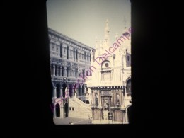 Diapositive Slide Diapo 1968 Italie Italy Venise Palais Des Doges Dans La Cour - Diapositive