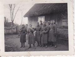 Foto Deutsche Soldaten In Langen Mänteln Vor Bauernhaus - 2. WK - 5,5*4cm (27729) - Guerre, Militaire