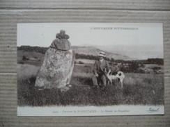 PUY DE DOME  63    ST- NECTAIRE  (ENV. DE ...   ) MENHIR DE FREYDEFONT - HOMME AVEC SON CHIEN          ANIME       TTB - Saint Nectaire