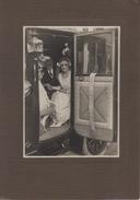 Carte Photo - Couple De MARIÉS Dans Une Voiture Ancienne Capitonnée - Carrosse Fiacre - Taxi & Carrozzelle