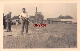 Carte Postale Photo Homme Avec Carabine Fusil Stand De TIR Ball-Trap Près Usine SPORT A SITUER A LOCALISER - Waffenschiessen