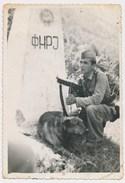 Vojnik Granicar Sa Puskom I Psom Soldier Gun Dodgeball With Dog , Dodgeball Avec Chien, Yugoslavia, FNRJ Old Photo - Guerre, Militaire