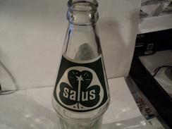 VIEILLE BOUTEILLE SALUS. PARAGUAY. VERRE MOULE. LOGO VERT ET BLANC AU TREFLE - Soda