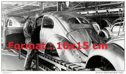 Reproduction D'une Photographie D'un Mécaniciens Soudant Sur Une Carrosserie D'une Coccinelle VW - Reproductions