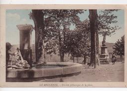 CPA.63.1939.Le Brugeron.Un Coin Pittoresque De La Place.animé Personnage Qui Lave Son Linge Dans La Fontaine. - Frankreich