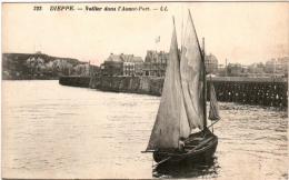 33.8.31. DIEPPE - VOILIER DANS L'AVANT PORT - Dieppe