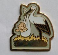C60 ) Animaux... Oiseau...OISEAUX...  CIGOGNE   PORTEUSE DE NOUVEAU NE - Pin's