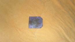 PLAQUE TRES FINE METAL ?. LETTRE G ?. POUR COUTURE. ./ ANCne Mon ROZAIRE Mmes RAPIN SUCCrs 25 R. JEANNE D'ARC. ORLEANS. - Vintage Clothes & Linen