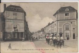 D55 - COMMERCY - LA RUE CARNOT ET LA PLACE DU FER A CHEVAL - (SALON DE COIFFURE - ARTICLES DE PECHE - MILITAIRES) - Commercy