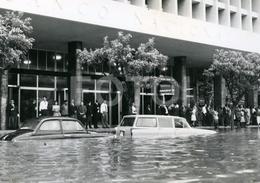 1963 ORIGINAL FOTO PHOTO FLOOD CHEIAS LUANDA ANGOLA AFRICA AFRIQUE Cars Singer Van Skoda Octavia - Africa