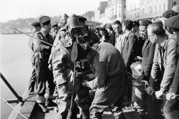 WW2 - Photo-carte - Bataille De Normandie - Scaphandriers De La Royal Navy Avant Une Plongée à Cherbourg Le 3 Juillet 44 - 1939-45