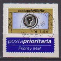ITALIA  2003  POSTA PRIORITARIA SASS. 2673 C USATO SU FRAMMENTO - 6. 1946-.. Repubblica